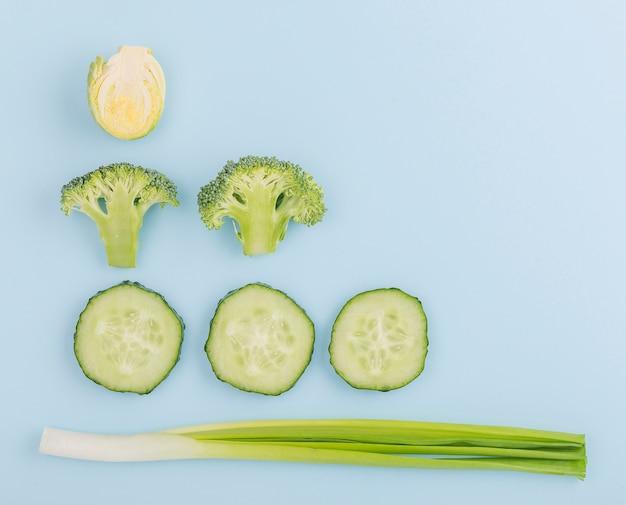 コピースペースを持つ新鮮なカット野菜のトップビュー