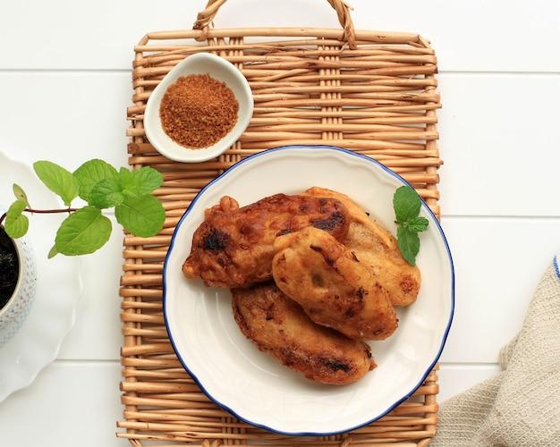 上面図揚げバナナ(揚げバナナまたはkluay tod)、小麦粉バッターを添えた揚げバナナフリッター、パームシュガー添え。朝食に人気