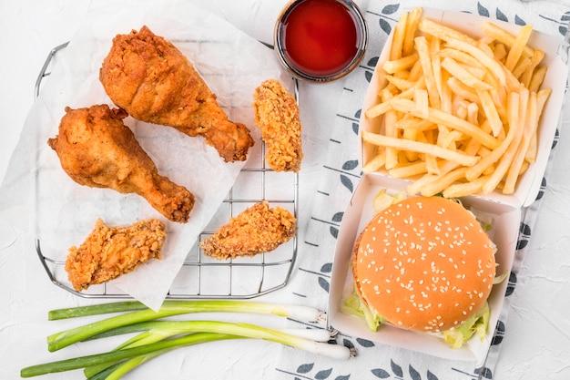 Vista dall'alto pollo fritto sul vassoio con patatine fritte