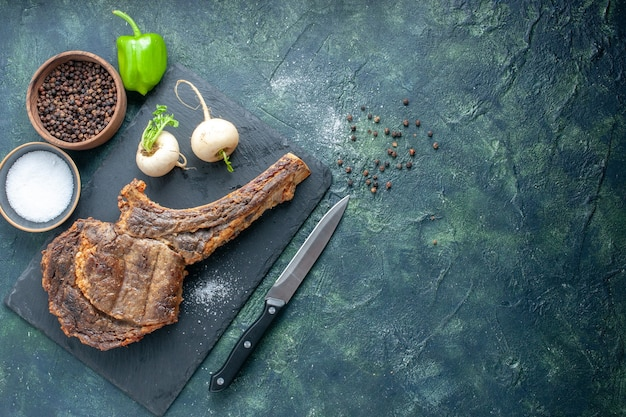 Fetta di carne fritta vista dall'alto su sfondo scuro cena a base di carne piatto di cibo frittura costola animale cucina barbecue spazio libero