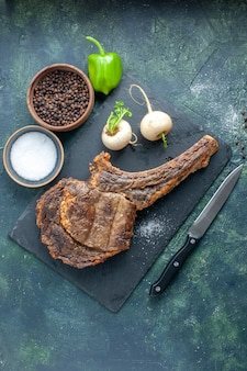Vista dall'alto fetta di carne fritta su sfondo scuro cena a base di carne piatto di cibo frittura costola animale di colore barbecue cottura