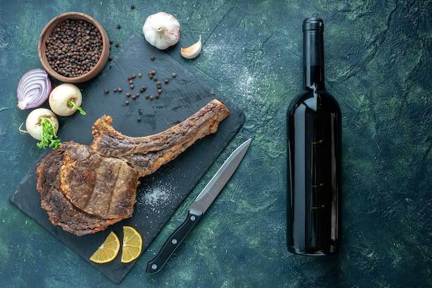 暗い背景の上面図揚げ肉スライス肉料理料理バーベキュー稚魚色動物のリブディナー
