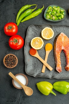 Fette di carne fritte vista dall'alto con verdure fresche sullo sfondo scuro
