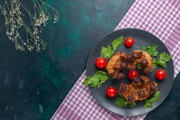 Вид сверху жареные кусочки мяса с зеленью и помидорами черри внутри тарелки на темном фоне, мясная еда, овощное жаркое