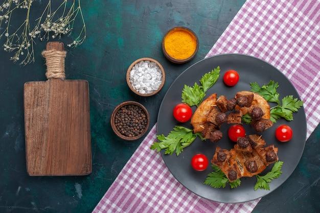 어두운 책상 고기 음식 식사 야채 튀김에 채소와 체리 토마토와 상위 뷰 튀긴 고기 조각