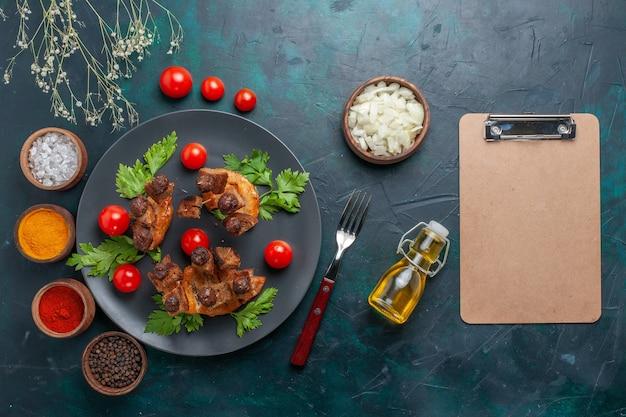 진한 파란색 책상 야채 음식 고기 건강 식사에 올리브 오일과 조미료와 상위 뷰 튀긴 고기 조각