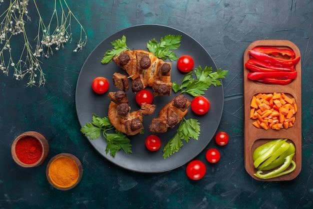 紺色の表面に野菜と調味料を入れた揚げ肉スライスの上面図野菜ミール食品肉ディナー健康