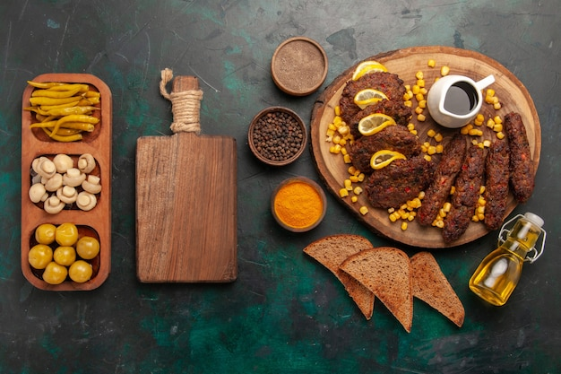 上面図とうもろこしパンのパンと調味料をグリーンデスクで揚げたおいしいカツレツ肉料理食品野菜料理