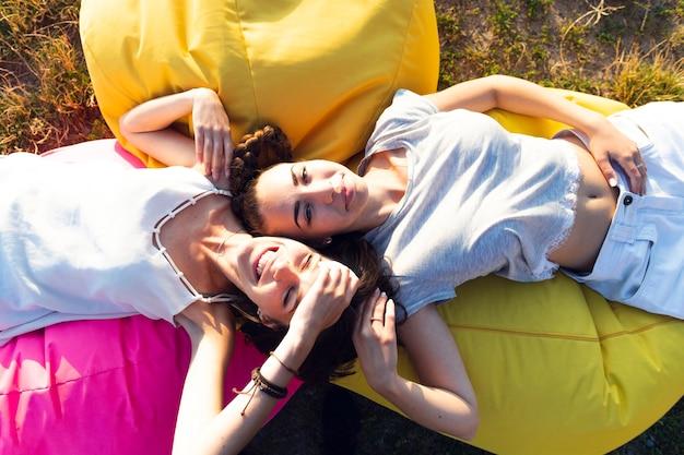 Вид сверху друзья отдыхают на beanbags
