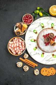 遠くからの上面図ケーキベリー入りケーキシナモンジャムクッキースイーツ