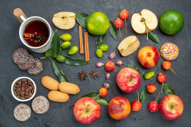 遠くからの平面図お茶1杯ハーブティーシナモンスティックお菓子フルーツとベリー