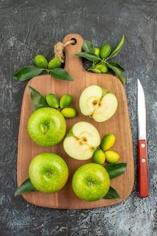 Vista dall'alto da lontano mele mele verdi agrumi sul coltello da tavola