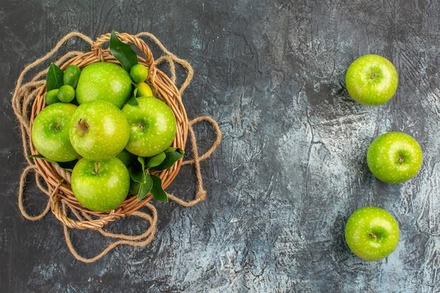 遠くからの上面図テーブルの上に葉を持つリンゴのロープバスケット