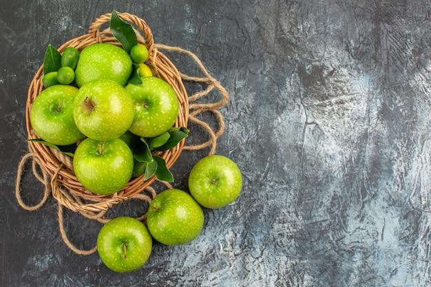 遠いリンゴからの上面図葉柑橘系の果物と食欲をそそるリンゴのロープバスケット