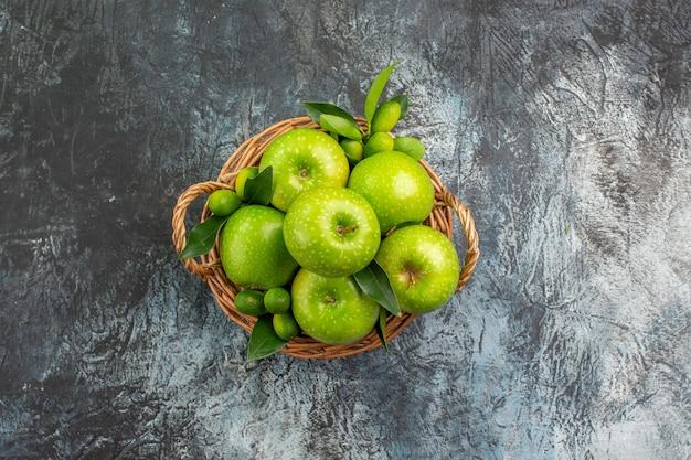 遠くのリンゴからの上面図かごに葉が入った食欲をそそるリンゴ