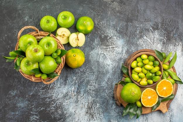 遠くのリンゴからの上面図リンゴの柑橘系の果物のバスケットとボード