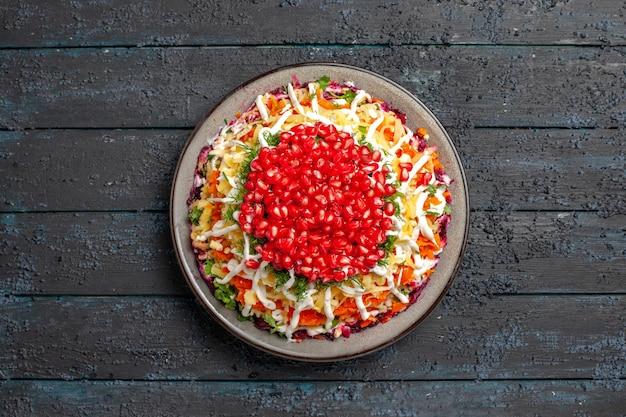 Vista dall'alto da lontano piatto di natale appetitoso insalata di natale sul piatto bianco al centro del tavolo