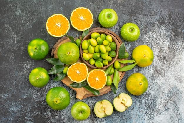 ボードの周りの遠くの柑橘系の果物リンゴオレンジみかんからの上面図