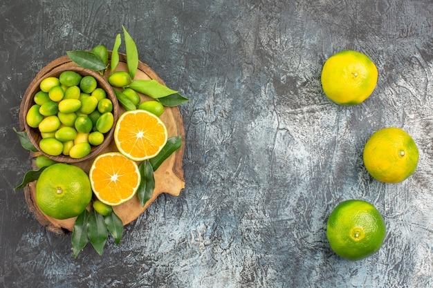 まな板の上の柑橘系の果物オレンジみかんを遠くからの上面図