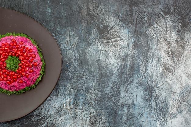 Вид сверху издалека блюдо аппетитное блюдо с зеленью зерен граната на тарелке