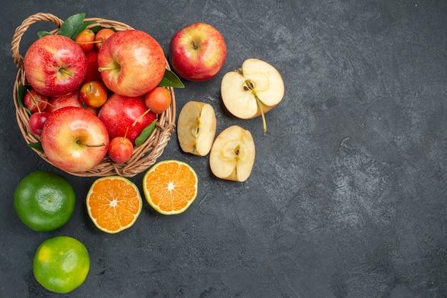 遠くからの平面図リンゴりんご柑橘系の果物りんごチェリーの木製バスケット