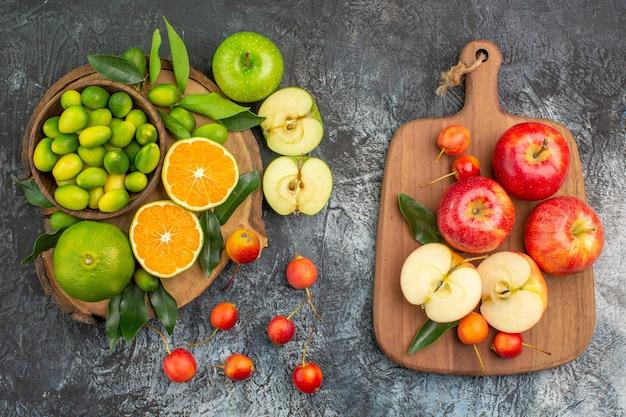 Вид сверху издалека фрукты цитрусовые вишни красные яблоки на доске