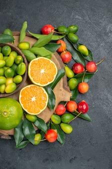 보드와 체리에 잎이있는 멀리 과일 감귤류에서 상위 뷰