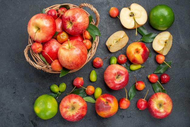 遠くからの上面図バスケット内のフルーツフルーツテーブル上のさまざまなフルーツベリー
