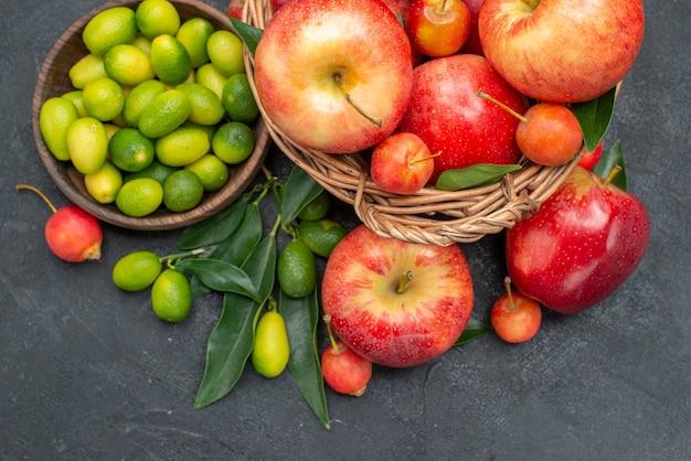 遠くからの平面図果物チェリーの木製バスケットリンゴクリーム柑橘系の果物