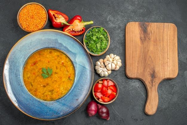 Вид сверху издали чечевичный суп аппетитный чечевичный суп зелень овощи разделочная доска