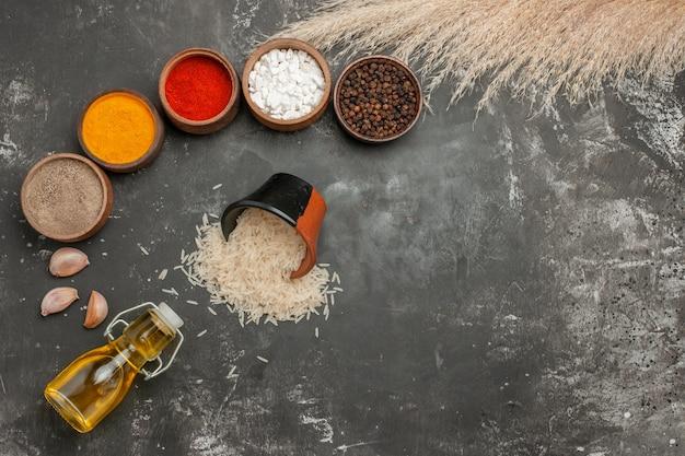 쌀의 기름 그릇의 향신료 마늘 병 멀리 밥 그릇에서 상위 뷰