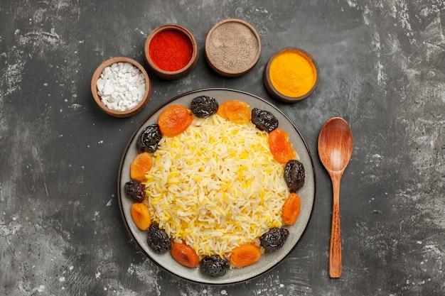 말린 과일과 다채로운 향신료 쌀의 멀리 쌀 숟가락 그릇에서 상위 뷰