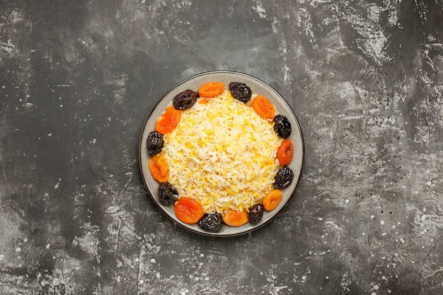 Вид сверху издалека рисовая белая тарелка риса и сухофруктов