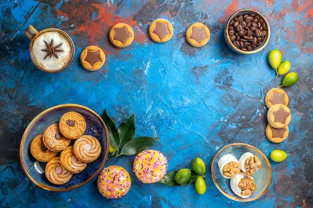 Vista dall'alto da lontano dolci diversi dolci biscotti chicchi di caffè una tazza di caffè