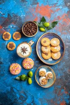 遠いお菓子からの上面図ボウル柑橘系の果物の食欲をそそるクッキーコーヒー豆