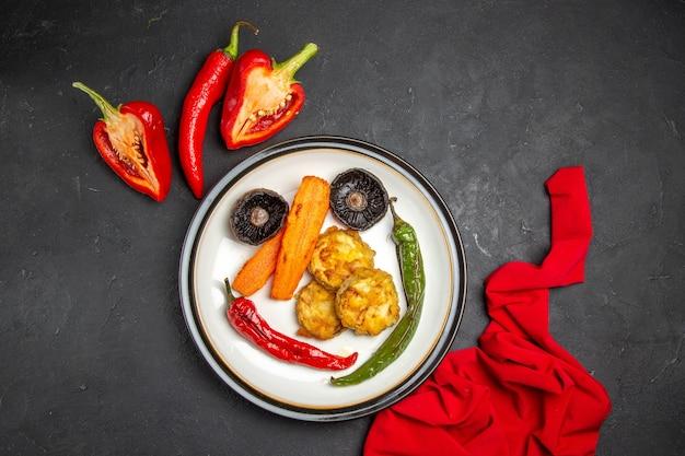 볶은 야채의 멀리 야채 빨간 식탁보 피망 고추 접시에서 상위 뷰