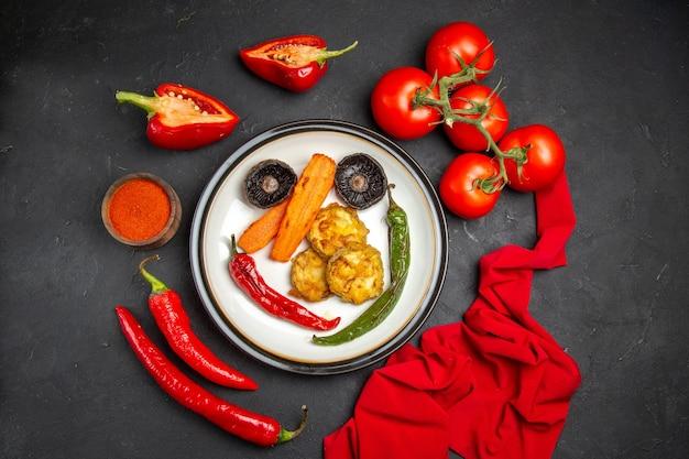 遠方からの平面図野菜トマト唐辛子スパイスロースト野菜のテーブルクロスプレート