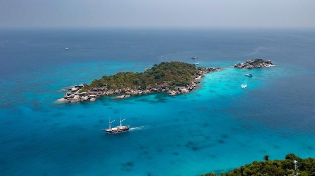 태국 시밀란 섬의 언덕 꼭대기에서 바라본 전망 해변은 시밀란 다이빙 투어와 스노클링으로 자주 방문합니다.