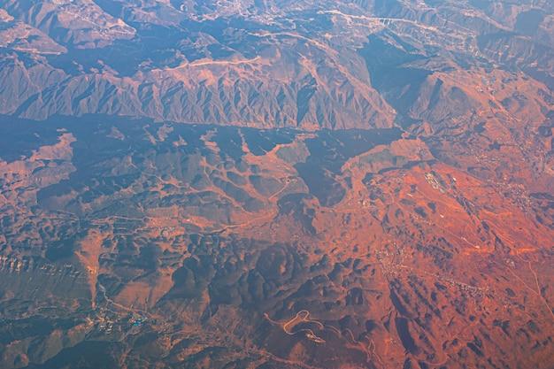 비행기에서 중국의 텐산 산과 마을까지의 최고 전망