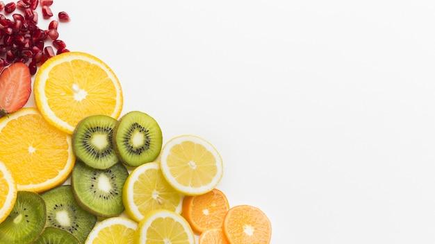 Vista dall'alto dell'assortimento di frutta con spazio di copia