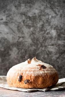 Вид сверху фруктовый хлеб на кухонном полотенце