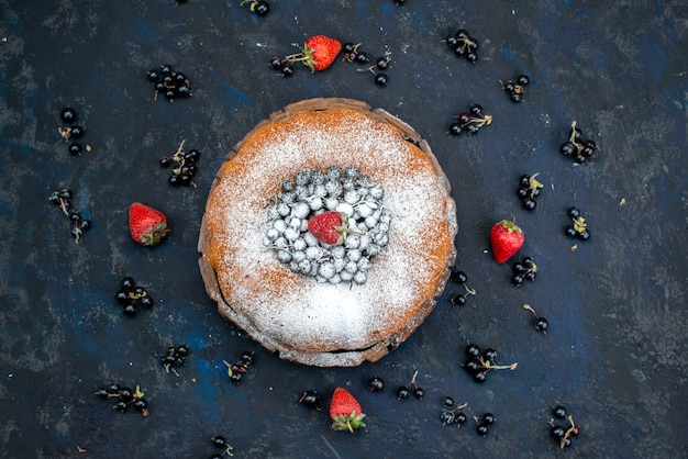 Una torta di frutta vista dall'alto deliziosa e rotonda formata con blu fresco, frutti di bosco su fondo scuro, zucchero dolce biscotto