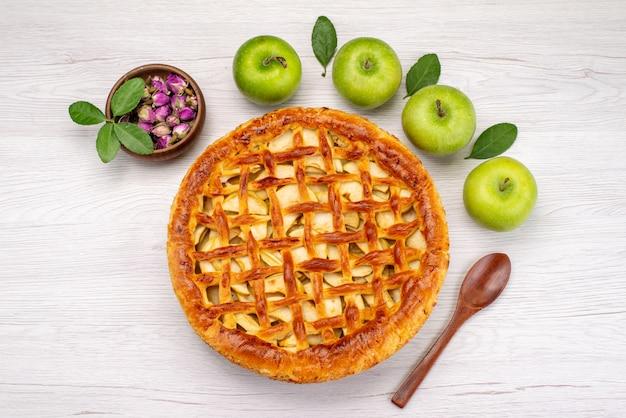Una torta di frutta vista dall'alto rotondo delizioso con mele sul fiore di frutta biscotto torta da scrivania leggera