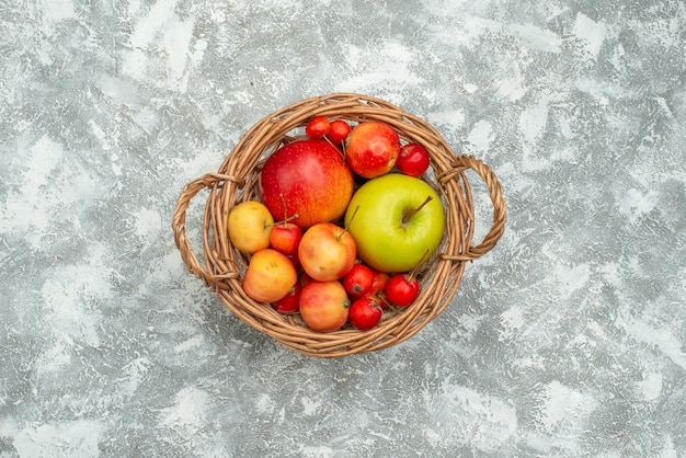 上面図の果物の構成空白のバスケット内のさまざまな新鮮な果物