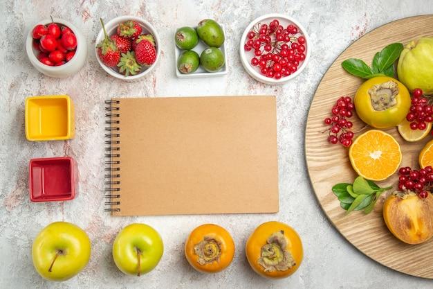 Vista dall'alto composizione di frutta diversi frutti freschi sul tavolo bianco