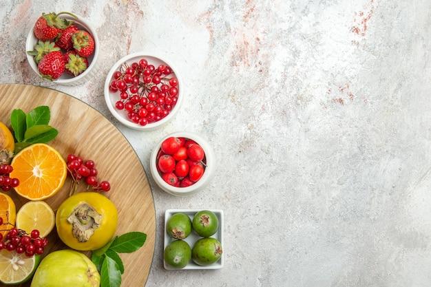 上面図果物の組成白いテーブルのさまざまな果物ベリー新鮮な果物熟した