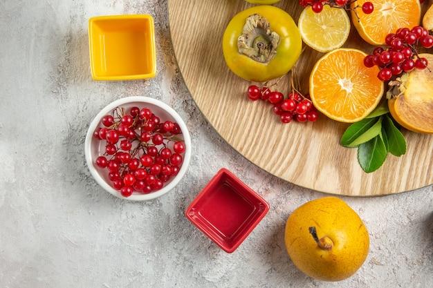 上面図の果実組成白いテーブルのさまざまな果実熟した新鮮なベリー果実