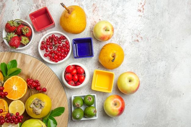上面図の果物の組成白いテーブルの上のさまざまな果物