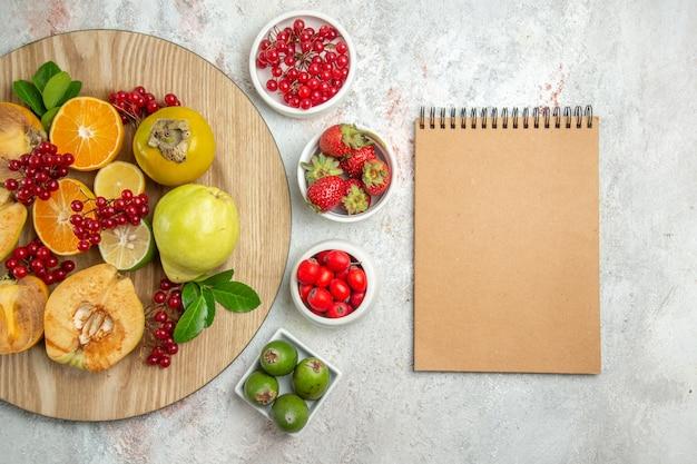 Vista dall'alto composizione di frutta diversi frutti sulla tavola bianca