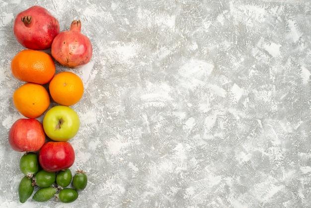 上面図フルーツ組成フェイジョアみかんと白い背景のリンゴフルーツビタミンまろやかな熟した